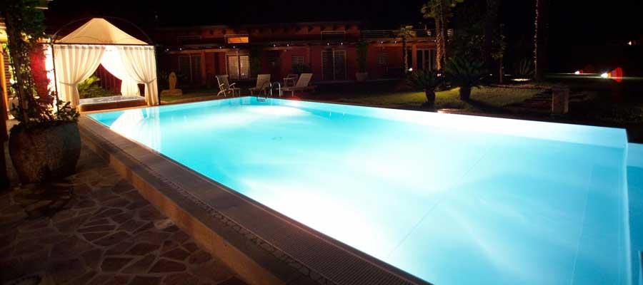 Illuminazione piscinaFari subacquei e led bianchi